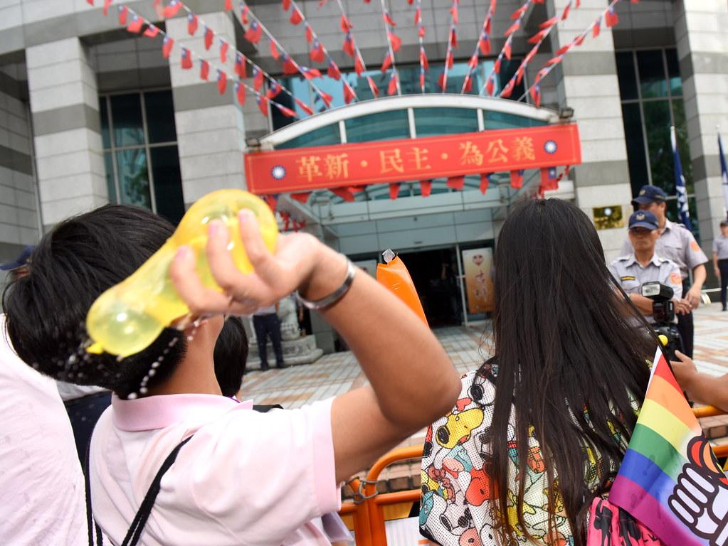 由於國民黨一度沒有人員出面,群眾即把彩虹水球擲向中央黨部大門前。(攝影:宋小海)