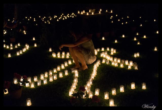 Chica entre las velas