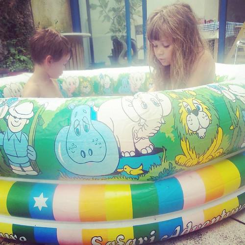 La piscine de leurs rêves a trente ans et attendait juste d'être sortie du garage de Bon - Papa  ;)