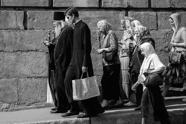 Priests and followers walking on the street, Moscow, Russia モスクワ、道を歩く聖職者と信徒たち