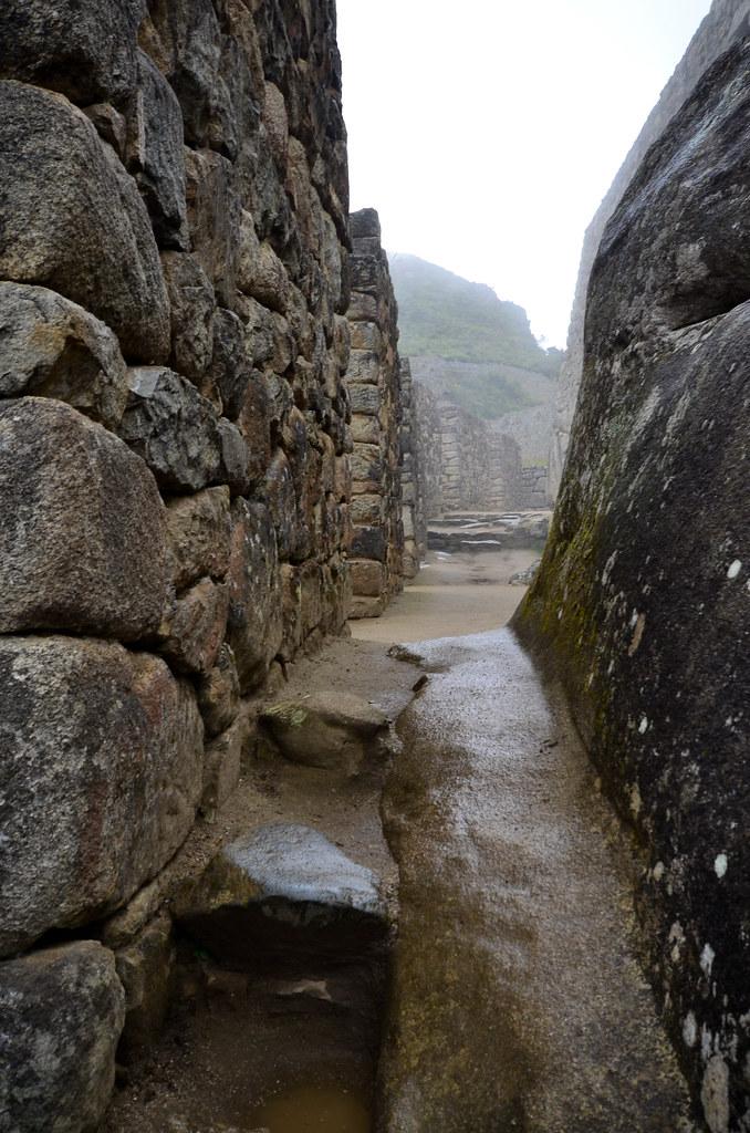 Callejuelas mojadas del interior de la ciudad de Machu Picchu