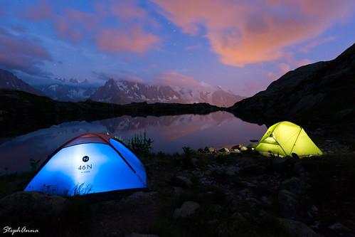 light licht lumière camping bivouac zelte blau grün blue green bleu vert abendrot coucherdesoleil sunset night nacht nuit lac see lake alps alpen alpes chamonix chéserys biwak