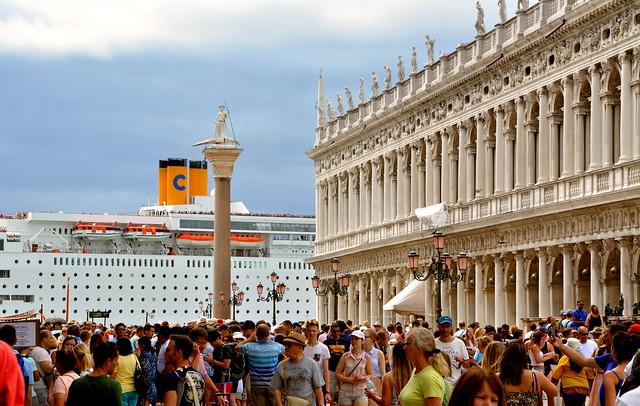 Culture clash: eeuwenoude gebouwen en passerende cruise