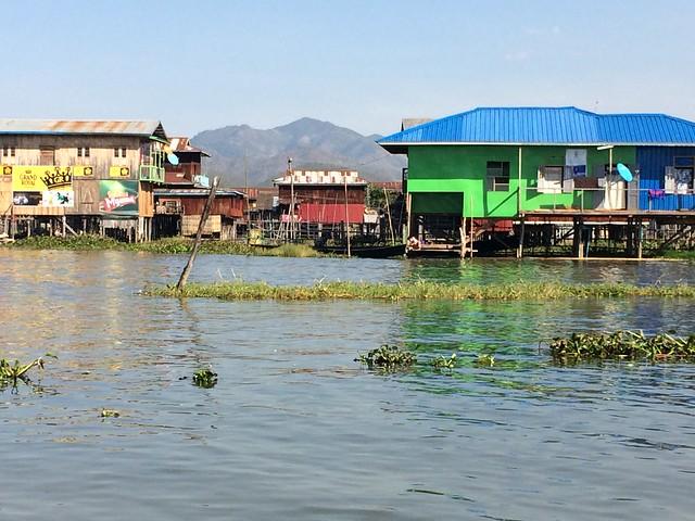 Village flottant sur le lac Inlé en Birmanie