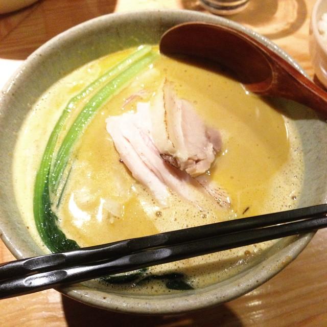 Photo:麺 利(とし)。仔牛、丸鶏、昆布ベースのスープに、3日煮込んだホテルカレーと生クリームを混ぜたスープに細麺。チャーシューも厚めに四枚!オイシカッタ❗️ #jdgmesi By Jdgmix