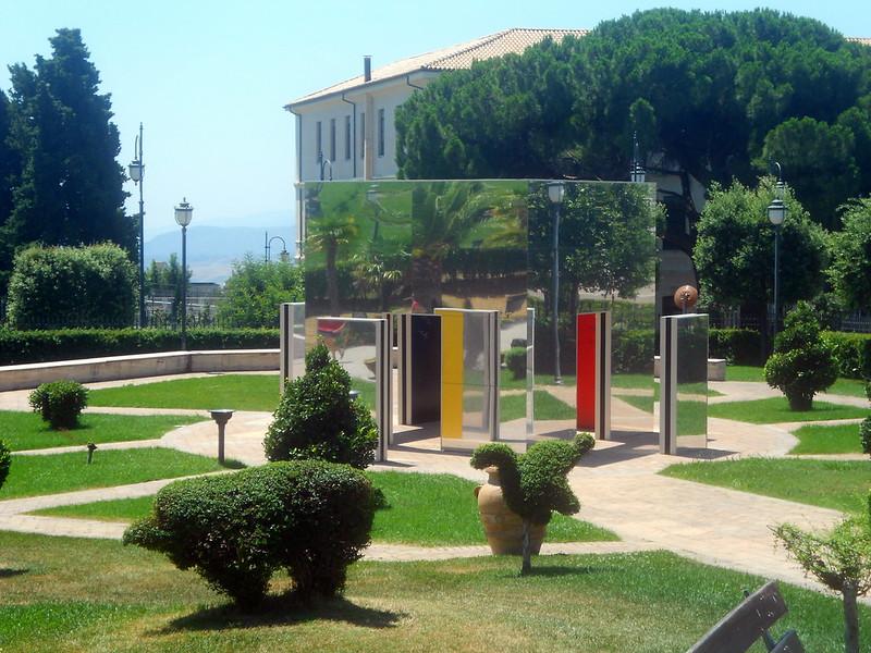 Daniel Buren, Cabane éclatée aux 4 couleurs,  Parco Internazionale della Scultura, Catanzaro