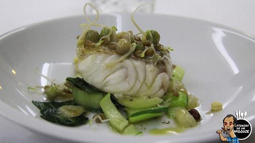 Merluza asada con pak choi salteado de verduras y germinados