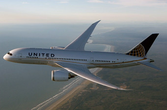 United B787 volando sobre LAX (United)