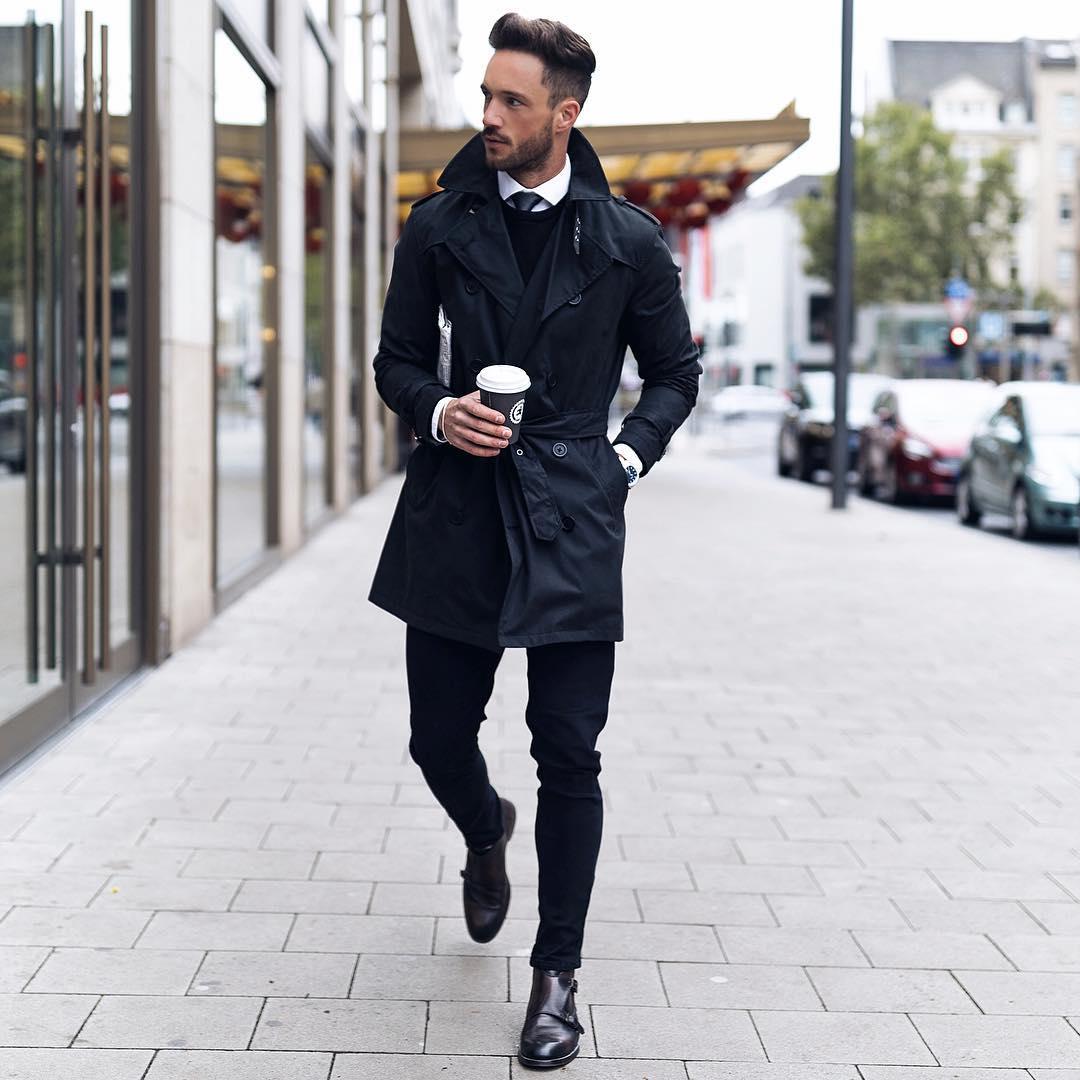 黒トレンチコート×シャツタイドアップ×黒セーター×黒スキニーパンツ×ダークブラウンダブルモンクストラップ