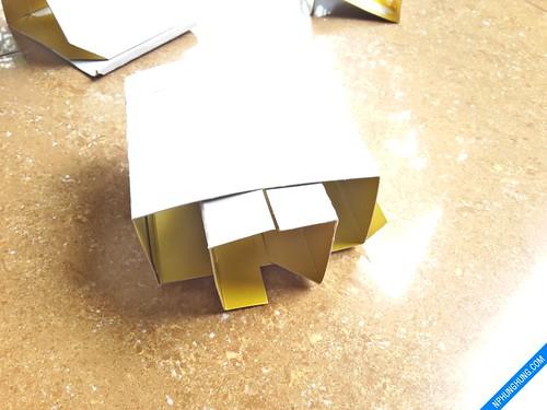 Cắt miếng chữ U lồng vào đễ giữ cho khối hộp được ổn định