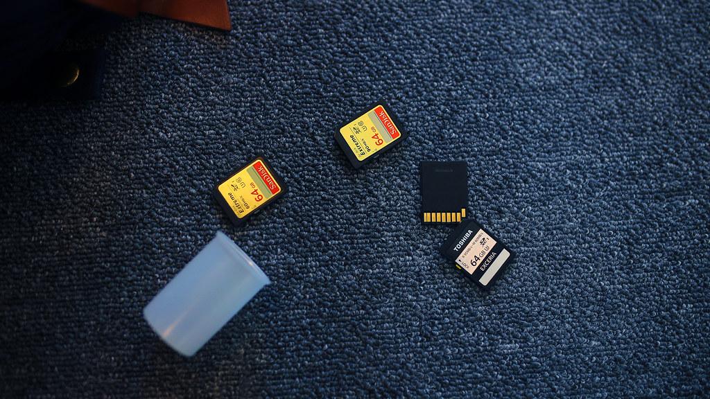 日常 Taipei, Taiwan / Sigma 35mm / Canon 6D 我會習慣把記憶卡放在底片罐裡,有種新科技放在傳統裡的感覺。每次有人看到我從底片罐裡拿出記憶卡,就覺得很特別!  但老實說,底片罐真的很好用!  下午上班的時候不小心手滑,打翻、掉落,裡面的記憶卡散了出來。  感覺這畫面有點自然,就靜靜的紀錄起來。  新辦公室的地板是地毯!  Canon 6D Sigma 35mm F1.4 DG HSM Art IMG_0716_16x9 2016/12/20 Photo by Toomore
