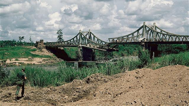 Cầu qua sông La Ngà trên QL20 Saigon-Dalat (có hình dáng gần giống cầu Sông Bé ở Phước Vĩnh)
