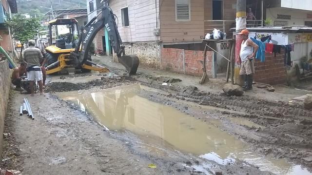 En Miraflores de El Vergel arreglan fuga de agua potable