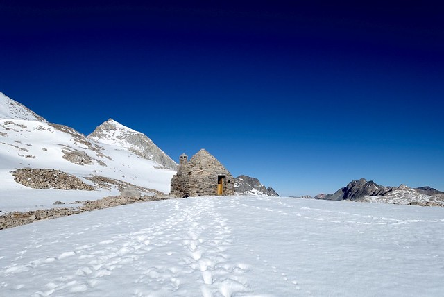 Muir Pass hut, m838