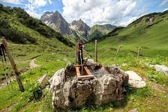 Brunnen mit Blick zum Widderstein
