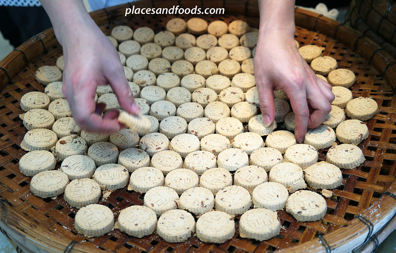 koi kei bakery arranging almond cookies