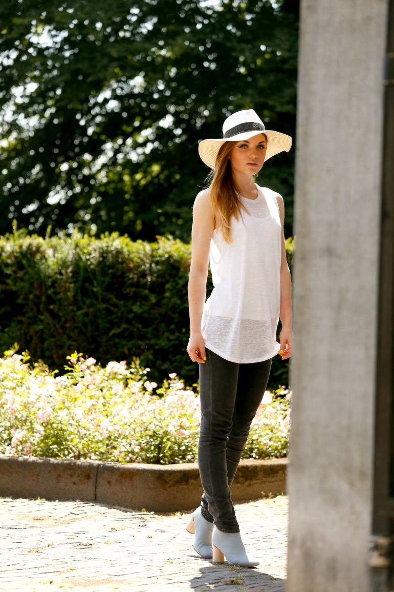 COS enkellaarzen, summer boots, & other stories, jeans, donkergrijze jeans, fashion blogger, muscle tee, sacha, zomerhoed, fedora, lichtblauwe enkellaarzen, zomeroutfit, sonsbeek arnhem, tanktop, casual