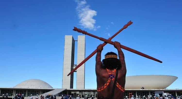 demarcacao-protesto-um-indigena-Congresso-750x410.jpg