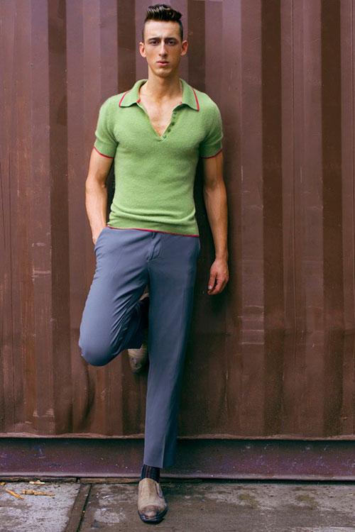 グリーンポロシャツ×グレーチノパン