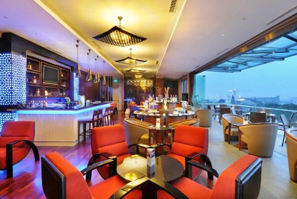 8-Skybar-_-Lounge---bisnishotel
