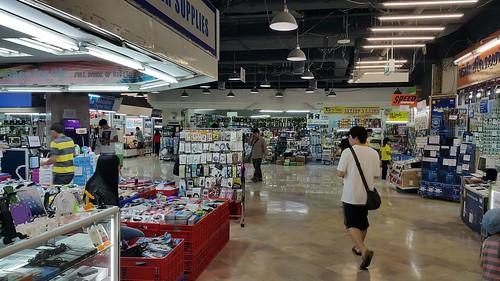 มองไปทางด้านหลังห้าง มันก็ยังร้านเดิมๆ ปะ