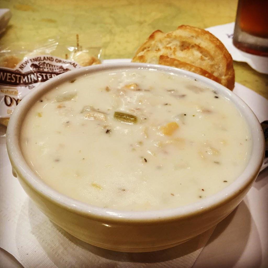 今日の一杯。New England Clam Chowder。  ついつい clam chowder 頼んじゃうんだよね。sour dough にバターたっぷりつけて。この瞬間だけは糖質のことは忘れよう。