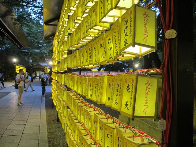 小型の献燈が並ぶ境内 by Yasue FUJIYAMA, on Flickr