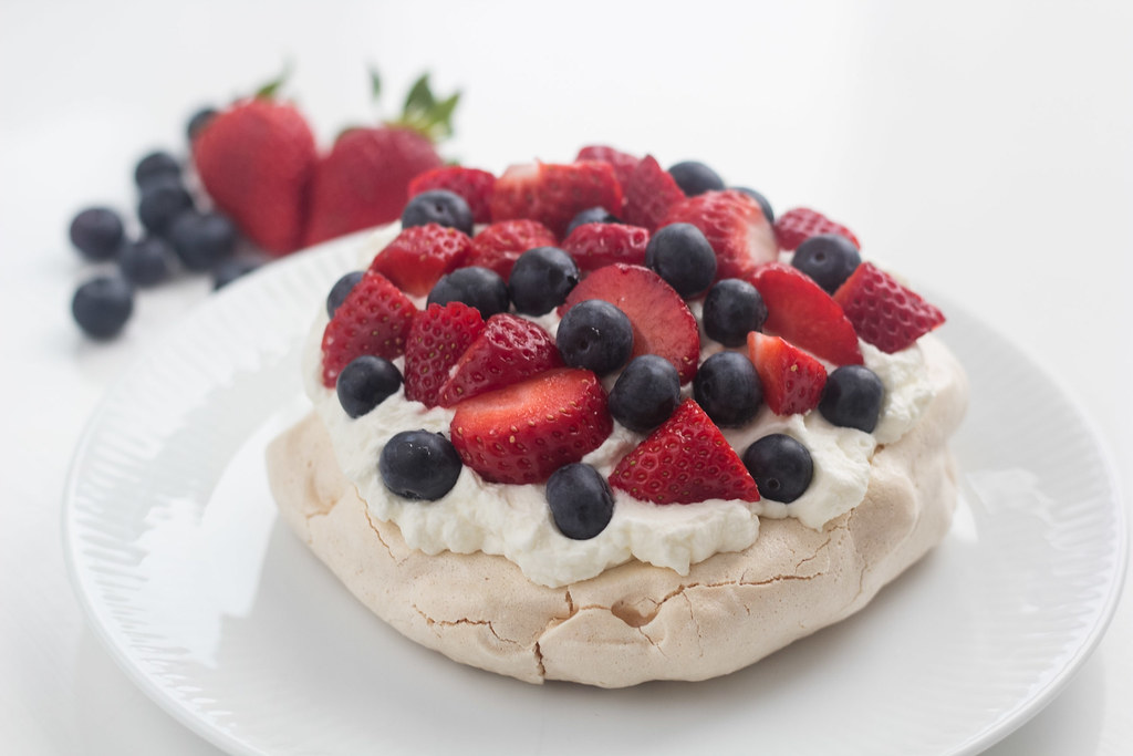 Recipe for Mini-Pavlova with Strawberry and Blueberry