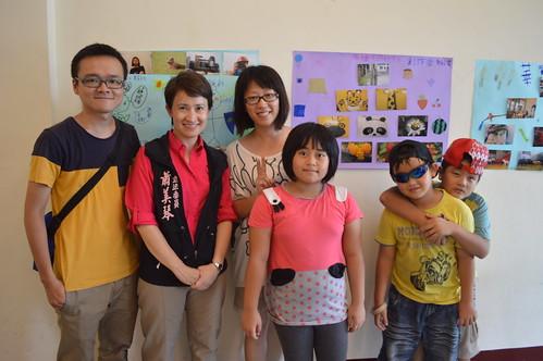 陳慶元(左一)的「光復童工場」深受民進黨籍立法委員蕭美琴(左二)讚許。攝影:謝宗璋。