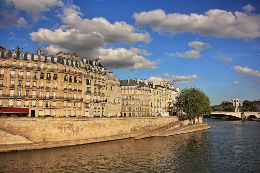Promenade along La Seine, Paris
