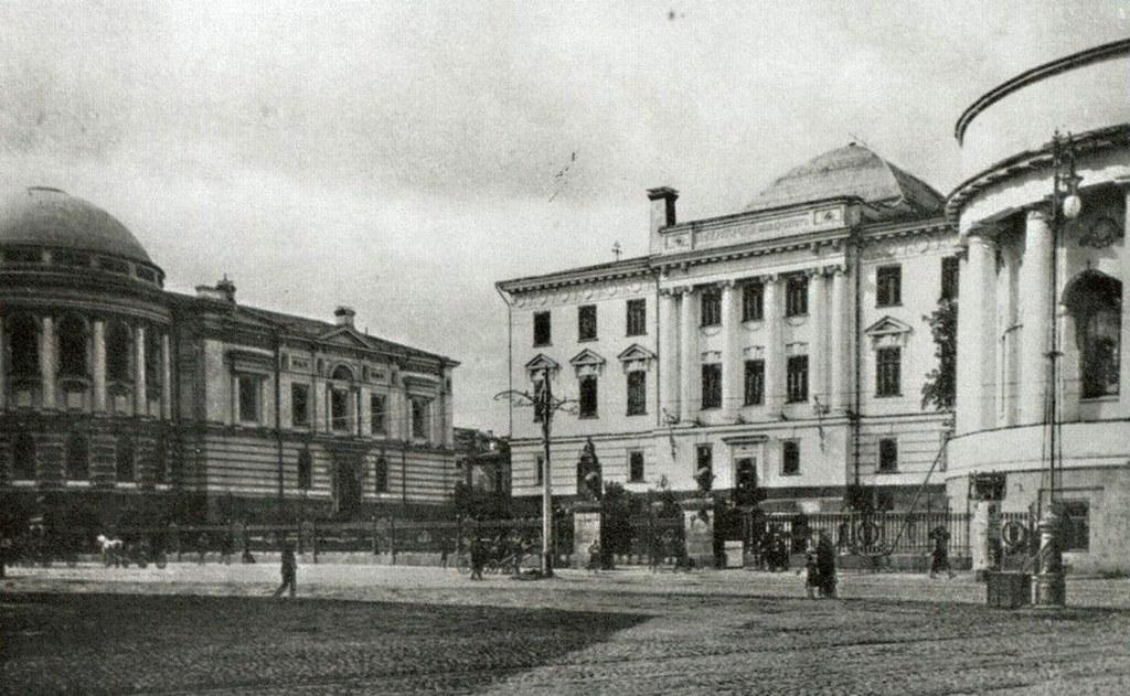 Аудиторный корпус,  левый флигель университетской библиотеки,  правый флигель домовой церкви. Фотография 1905 года