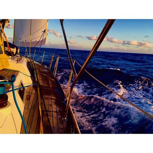 Наша яхта, окрашенная лучами Атлантического заката и безбрежный Океан. #Atlantic #Ocean #yachtschool #sailing #sailingschool #yacht #yachting #яхтдрим #яхтинг #яхтклуб #yachtlife #яхты