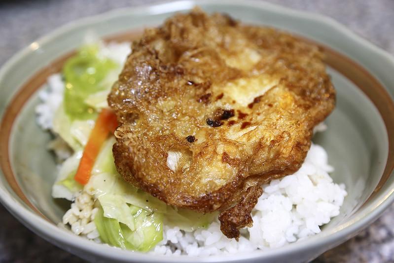 【台北美食小吃】超夯排骨飯!中山捷運站附近,還沒開門就要排隊的人氣小吃「赤峰街 無名排骨飯」。