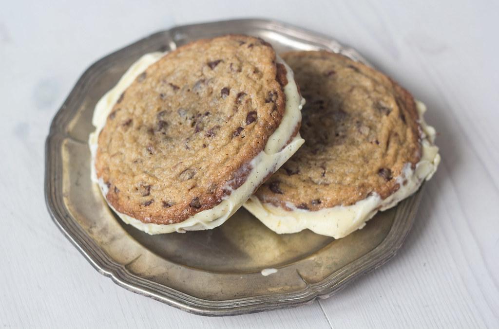 Is-sandwich med cookies og vaniljeis (7)