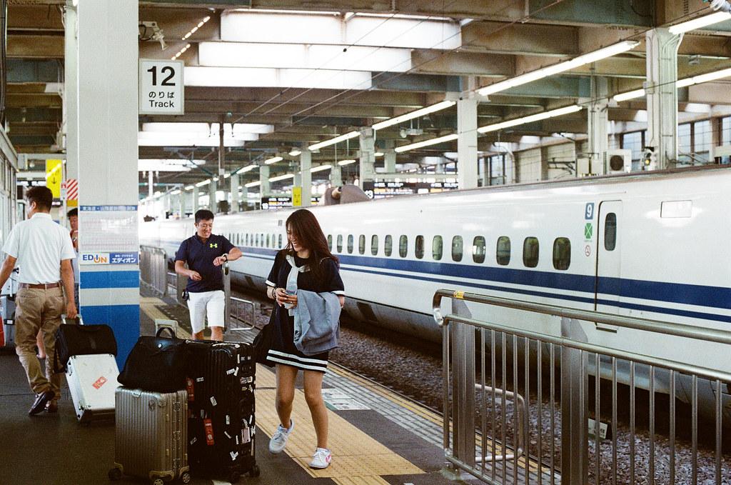 新幹線 広島 前往 福岡, from Hiroshima to Fukuoka. 2015/09/02 早上早早起來從廣島趕去福岡,前一天晚上先去車站一趟買了新幹線的車票。之前沒有搭過,體驗一下,後來我發現其實搭新幹線有些路線還比國內線飛機便宜,可能我以前都以為新幹線是最貴的。  Nikon FM2 / 50mm Kodak UltraMax ISO400 Photo by Toomore