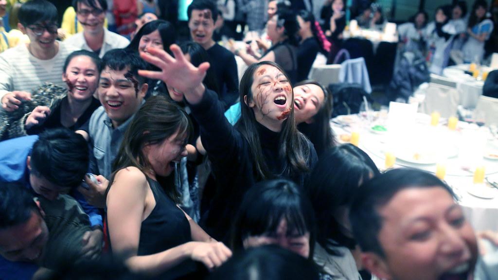 Appier Year End Party 2017, Taipei Taiwan / Sigma 35mm / Canon 6D 公司尾牙主題是電影風,有一組同事裝扮《屍速列車》。  中午用餐時有稍微問一下他們會如何進場,突然想到如果站在動線上拍,可能會有臨場感!  於是我就在動線上,把相機舉高盲拍,希望可以拍到活屍湧入的感覺!  最後我很幸運的拍到這張!  Canon 6D Sigma 35mm F1.4 DG HSM Art IMG_4849_16x9 2017/01/13 Photo by Toomore