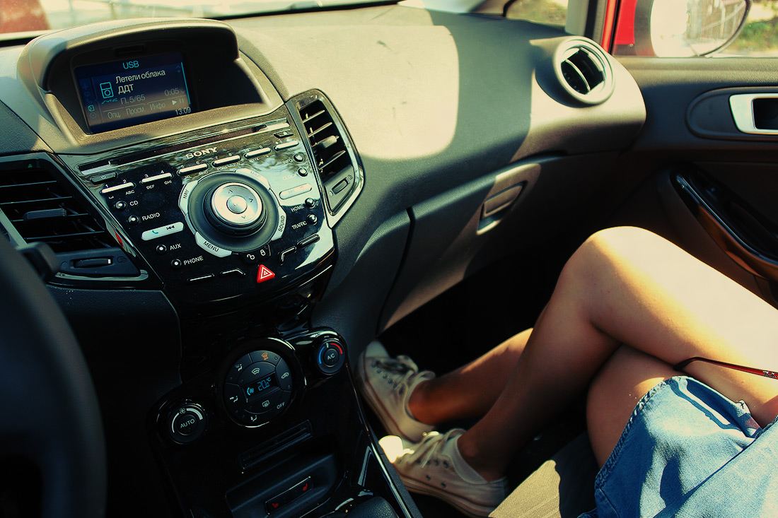 фото ног женских в машине