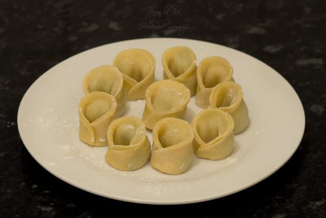 Paste proaspete umplute cu pesto de kale in sos alb cu conopida, alune de padure si bacon crocant (10)
