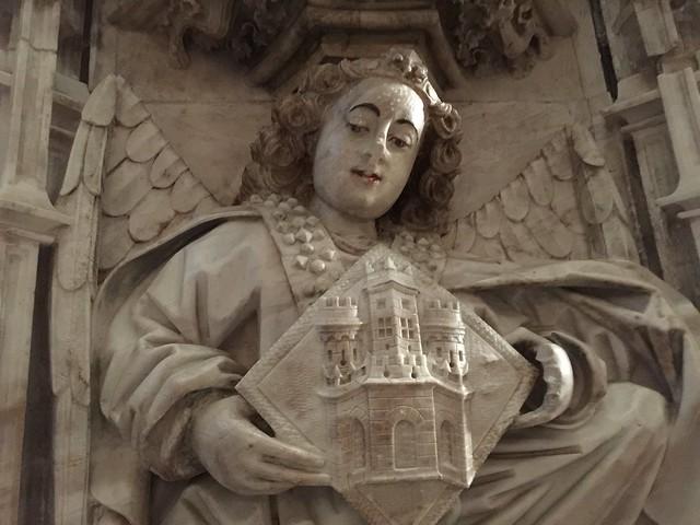Ángel del retablo de alabastro en la iglesia de Santa María (Castelló d'Empuries, Cataluña)