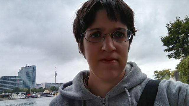 Selfie mit der Donau und dem Donauturm im Hintergrund