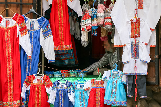 Russian traditional costume shop in Izmailovsky flea market, Moscow, Russia モスクワ、ヴェルニサージュ(蚤の市)のロシア民族衣装屋さん