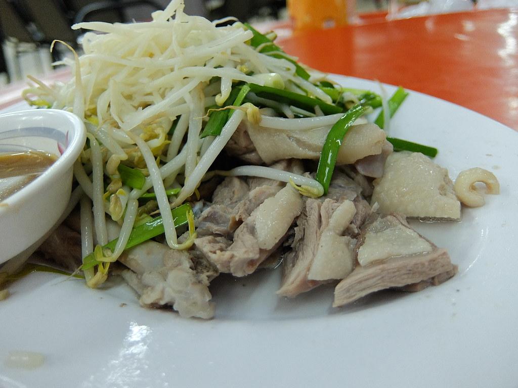 鴨肉上頭有很多薑絲和豆芽菜....鴨肉本身軟,不過要沾點醬才夠味
