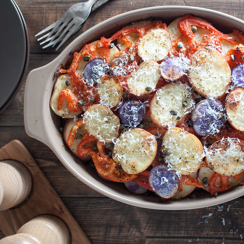 Potatoes with tomatoes and olives / a light but comforting recipe for late summer produce