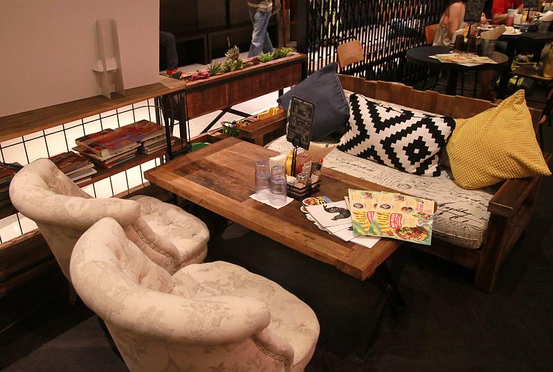 8 樂子美式餐廳(南港店) 親子沙發區