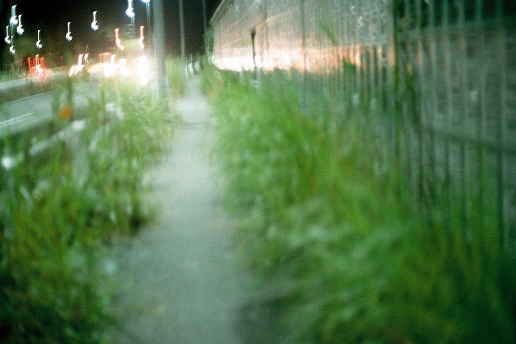 """大利根橋 我孫子 Abiko 千葉市(ちばし) 2015/08/05 那天從 #我孫子市 用走的走到 #取手 的路上,兩旁都是雜草。這是一條公路,夜間都是貨運大型車在奔馳,兩旁給人走的人行道沒有整理,我就這樣不用經過大腦的一直往前走。然後把相機光圈開到最大拍了一張 ... #Nikon #FM2 #Kodak #colorplus #iso200 #大利根橋 #利根川  Nikon FM2 / 50mm Kodak ColorPlus ISO200  <a href=""""http://blog.toomore.net/2015/08/blog-post.html"""" rel=""""noreferrer nofollow"""">blog.toomore.net/2015/08/blog-post.html</a> Photo by Toomore"""