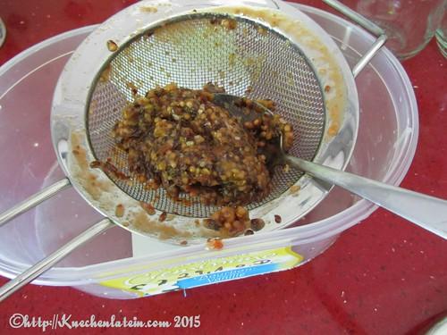 ©Stachelbeer-Ketchup durch ein Sieb streichen