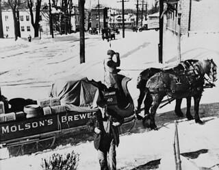Horse-drawn delivery by Molson's Brewery / Livraison par carriole de produits de la Brasserie Molson