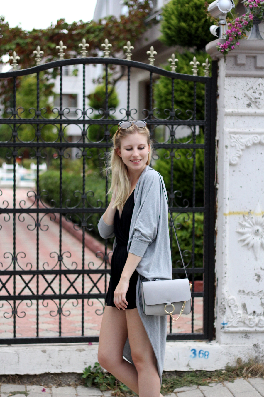 outfit holiday travel bag vogue chloe topshop blogger fashion blonde smile