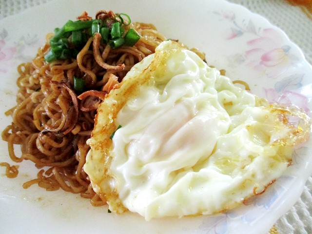 Koka instant mi goreng & fried egg