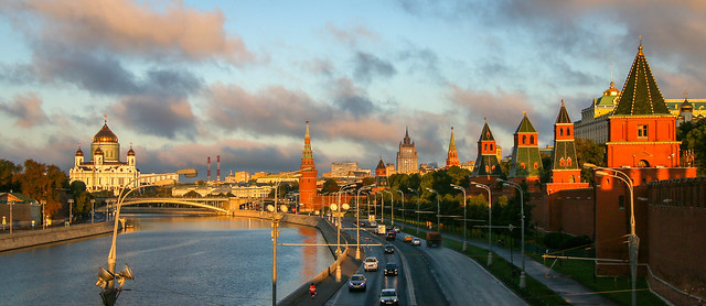 The Moskva river and Kremlin after sunrise, Moscow, Russia モスクワ、夜明けのクレムリンとモスクワ川